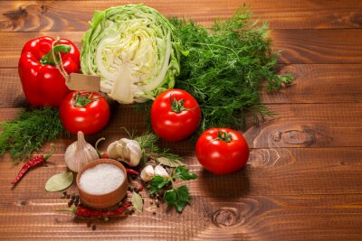 Fototapete Pfeffer und Tomaten mit Knoblauch auf einem Vintage Holztisch mit Label