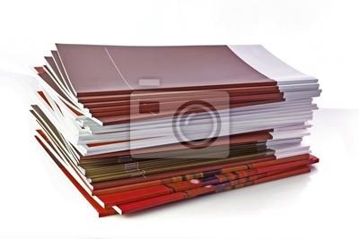 Pile of color Zeitschriften isoliert auf weißem Hintergrund