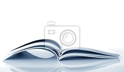 Pile von Open-Zeitschriften isoliert auf weißem Hintergrund