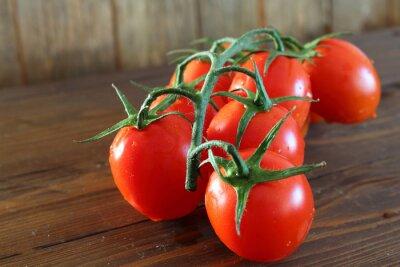 Fototapete Pomodoro rosso ein grappolo varietà Piccadilly