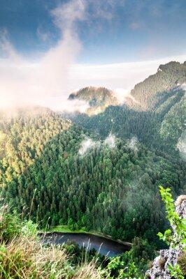 Fototapete Poranek w górach. Mglisty krajobraz.