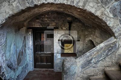 Porta antica in legno con muto und arco in pietra e mattoni ...