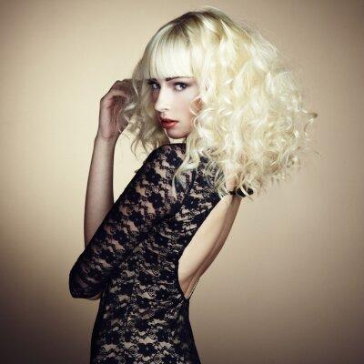 Fototapete Portrait der schönen jungen blonden Mädchen in schwarzen Kleid