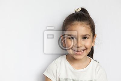 Fototapete Portrait des glücklichen netten Brunettekindmädchens auf weißem Hintergrund