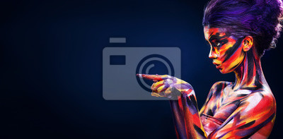 Fototapete Portrait des hellen schönen Mädchens mit bunter Verfassung der Kunst und bodyart