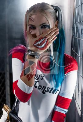 fototapete portrait des lachelnden madchens im kostum harley quinn cosplay
