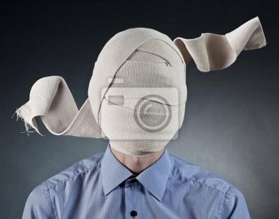 Portrait des Mannes mit elastischen Verband auf dem Kopf