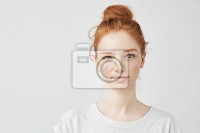 Fototapete Portrait des schönen Redheadmädchens, das Kamera betrachtend lächelt.