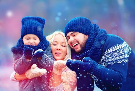 Fototapete Porträt der glücklichen Familie weht Winter Schnee