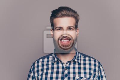 Fototapete Porträt des hübschen lächelnden jungen Mannes, der Kameralisolat betrachtet