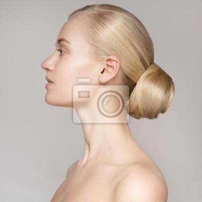 Porträt Einer Schönen Jungen Blonden Frau Mit Brötchen