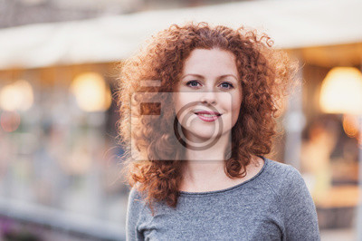 Fototapete Porträt einer schönen jungen Frau im Freien