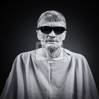 Porträt eines Mannes in schwarzer Brille