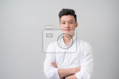 Fototapete Porträt von gut aussehenden asiatischen Mann über grauem Hintergrund.