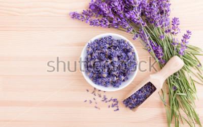 Fototapete Porzellanschale mit getrockneten Lavendelblüten und Bouquet mit Lavendel