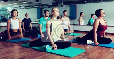 Retro Kühlschrank Yoga : Positive menschen üben yoga fototapete u fototapeten ashram asana
