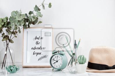 Fototapete Poster framebit tiped text: Abenteuer beginnt, Vorderansicht, mit Dekorelementen und weiblichem Zubehör, Blumen und leerem Kopienraum über der weißen Wand.