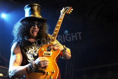 Fototapete PRAG, TSCHECHISCHE REPUBLIK - 11. FEBRUAR: Der legendäre britische Gitarrist Saul Hudson aka Slash Während einer Aufführung in Prag, Tschechien, 11. Februar 2013.