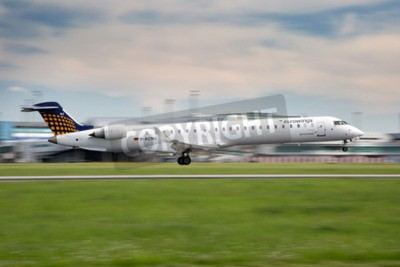 Fototapete PRAG, Tschechische Republik - 13. Mai: Eurowings Bombardier CRJ-900 NG landet bei PRG Flughafen am 13. Mai 2015 Eurowings ist eine deutsche Billigfluggesellschaft in Dsseldorf basiert.