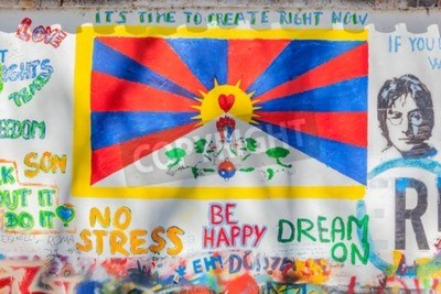 Fototapete PRAG, TSCHECHISCHE REPUBLIK - 29. APRIL 2016: John Lennon Wall wurde mit Lennon inspirierten Graffiti und Texten aus Beatles Songs seit den 1980er Jahren als Reizung des kommunistischen Regimes gefüll