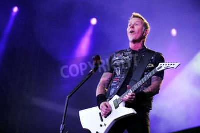 Fototapete PRAG, TSCHECHISCHE REPUBLIK - 7. Mai 2012: Sänger und Gitarrist James Hetfield von Metallica Während einer Aufführung in Prag, Tschechische Republik, 7. Mai 2012.