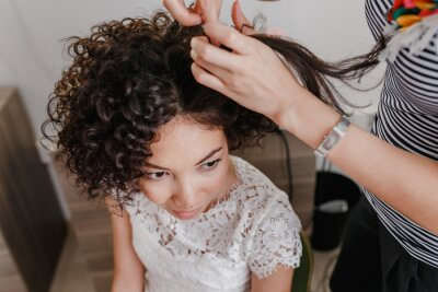 Professionelle Friseur Künstler Machen Curly Frisur Zu Charmanten