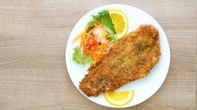 Fototapete ramponierte Fischsteak mit Salat und Gemüse
