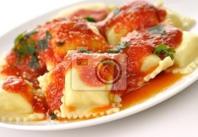 Ravioli Nudeln mit roter Tomatensoße