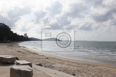 Rayong 2015: Mae Rumphueng Strand mit Wolken und blauer Himmel.