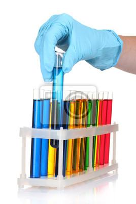 Reagenzgläser und Hand im Labor isoliert auf weiß