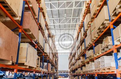Regale mit Boxen in Fabrik-und Lagergebäude