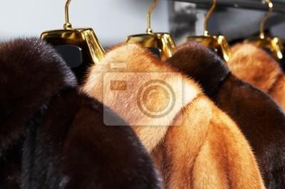 Fototapete Reiche weibliche Pelzmäntel zum Verkauf im Shop