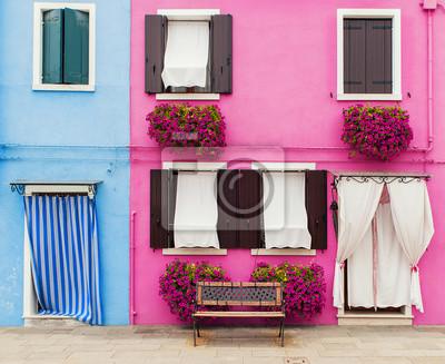 Reizende Hausfassade Mit Bank Rosa Blumen Und Bunten Wanden