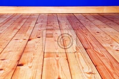 Holzfußboden Restaurieren ~ Renovierter holzfußboden mit tiefblaublau gestrichener wand