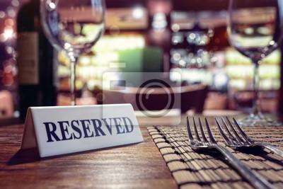 Fototapete Reserviertes Zeichen auf Restauranttabelle mit Barhintergrund