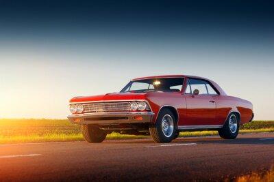 Fototapete Retro roten Auto Aufenthalt auf Asphaltstraße bei Sonnenuntergang