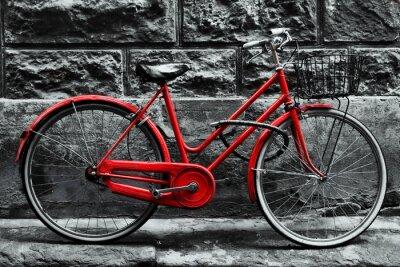 Fototapete Retro Vintages rotes Fahrrad auf Schwarzweiss-Wand.