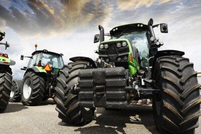 Fototapete Riesen-Traktoren gegen einen Sonnenuntergang Himmel und Wolken