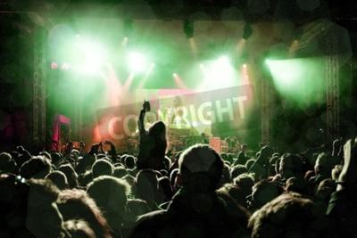 Fototapete Rock-Konzert, Silhouetten von glücklichen Menschen, die Hände hochziehen