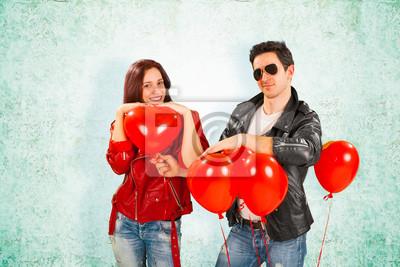Rock Star Mann, der Herz-Ballone auf Girlfriend