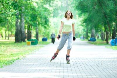 Fototapete Roller Skating sportliches Mädchen im Park Inlineskaten auf Inline-Skate-