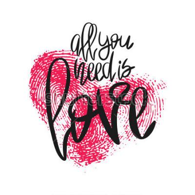 Fototapete Romantisches Poster mit Schriftzug und Fingerabdruck-Herzen. Schwarze handgeschriebene Phrase Alles, was Sie brauchen, ist Liebe und rosa Daumenabdruck lokalisiert auf Weiß. Vector moderne Kalligraphi