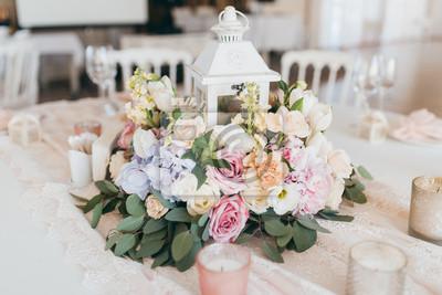 Rosa Hochzeitsdekoration Mit Weissen Und Grunen Bluten Fototapete