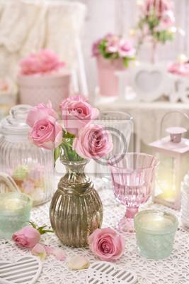 https://img.myloview.de/fototapeten/rosa-rosen-in-der-vase-auf-dem-tisch-im-shabby-chic-stil-interieur-400-113525420.jpg