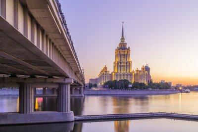 Fototapete Rosa Sonnenuntergang im Hotel Ukraine in Moskau Nacht