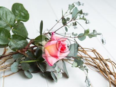 Rose, eukalyptus und efeu kranz auf weißem holz hintergrund ...