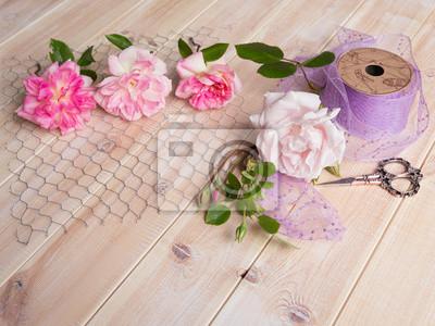 Rosen auf hühnerdraht mit paillettenband und schere auf ...