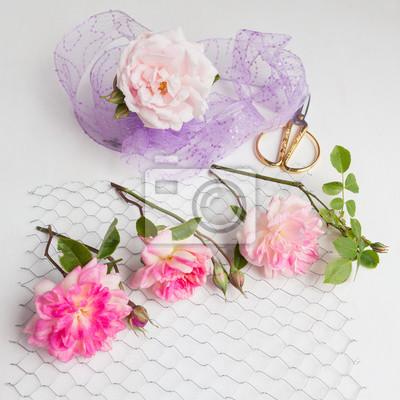 Rosen auf hühnerdraht mit rose eingewickelt in seqiuns auf weißem ...