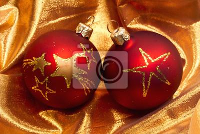 Rote Christbaumkugeln.Fototapete Rote Christbaumkugeln Auf Goldenem Tuch