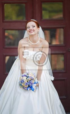 Rote Haare Braut Posiert Mit Blumen Draussen Europaische Hochzeit